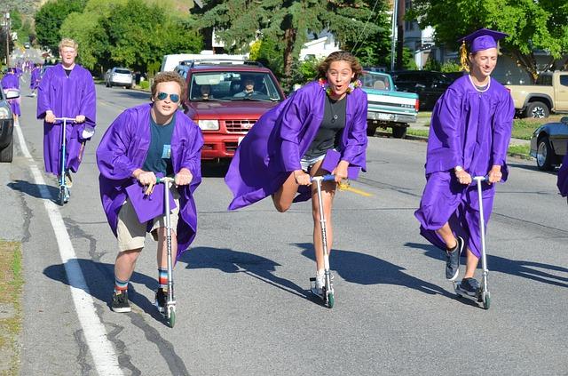 Jeunes diplômés sur une trottinette