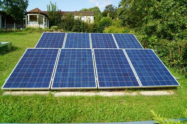 Panneaux solaires dans un jardin